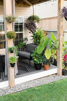 My tiny backyard updates this summer, including tons of small townhouse patio ideas, ideas for tropical plants to create privacy, and ideas for gardening in a small backyard. Patio Diy, Outdoor Patio Designs, Casa Patio, Small Backyard Design, Small Backyard Gardens, Backyard Garden Design, Small Backyard Landscaping, Small Gardens, Budget Patio