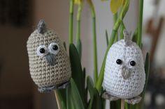 Påskekyllinger på blomsterpind Amigurumi Free, Easter Crochet, Crochet Hats, Beanie, Spring, Google, Crochet Bird Patterns, Free Pattern, Plushies