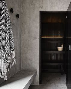 A bespoke home sauna is a secret ingredient to create a unique luxury bathroom design since it is one of the crowning jewel details of the true luxury experienc Saunas, Design Sauna, Home Gym Design, Sauna Infrarouge, Sauna Room, Layout Design, Building A Sauna, Hinoki Wood, Spa Like Bathroom