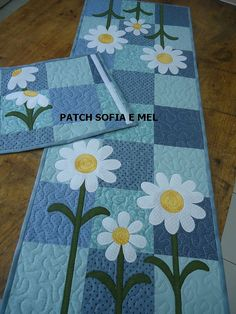Love the white daisies on the blue patchwork! Table Runner And Placemats, Table Runner Pattern, Quilted Table Runners, Small Quilts, Mini Quilts, Quilting Projects, Sewing Projects, Place Mats Quilted, Quilted Table Toppers