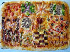 Лоскутная пицца. Подготовьте различные ингредиенты начинки для пиццы: красный лук, брокколи, ананас, помидоры черри, перец, оливки, грибы, бекон, сушеные помидоры, листья шпината, зеленый лук. Выложите тесто на противень, смажьте соусом и посыпьте сыром. Выделите каждому квадрат, который нужно оформить начинкой по своему вкусу. Осталось дождаться, пока пицца испечется. У вас получится пицца, похожая на лоскутное одеяло!