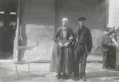 Echtpaar in streekdracht uit Hulshorst. Het paar is gekleed in de opknapdracht. De opname is gemaakt in 1913 te Amsterdam, tijdens het Klederdrachtenfeest. Dit was onderdeel van de festiviteiten rond de 100-jarige onafhankelijkheid van Nederland (1813-1913). #Veluwe #Gelderland #oudedracht #Nunspeet