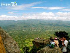 In Ocotepeque, the rock of Cayaguanca is a must for hikers. The scenic beauty of the landscape and the amazing panoramic view from the top justifies the 1,621-meter climb. / En Ocotepeque, el peñón de Cayaguanca es una visita obligatoria para los amantes del senderismo. La belleza escénica del paisaje y la asombrosa vista panorámica que regala desde la cima justifican el ascenso de sus 1,621 metros de altura.