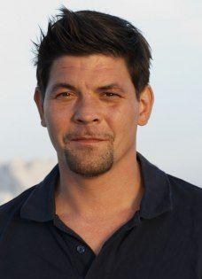 Tim Mälzer ist ein deutscher Koch, Fernsehkoch, Unternehmer und Kochbuchautor. Geboren: 22. Januar 1971 (Alter 43),