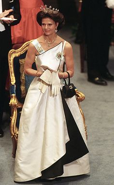 1994 with the Nine Prong tiara Queen Fashion, Royal Fashion, Ladies Day Dresses, Nice Dresses, Queen Of Sweden, Style Royal, Prix Nobel, Jennifer Lopez Photos, Swedish Royalty