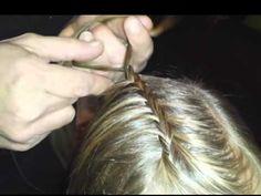 Vlechten & invlechten haar; Tips leren diverse soorten vlechten en voorbeelden om te maken bij kind. Van kort haar, 2 vlechtjes maken, bovenop het hoofd maar ook visgraat, waterval, zijkant, knot, schuine vlecht. About Me Blog, Hair Beauty, People, My Style, Hair Styles, Kids, Medium Length Cuts, Split Ends, Center Part