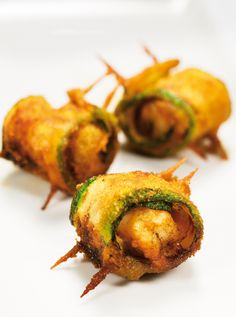 Zucchini stuffed with bacon and prawns. - Calabacín relleno con beicon y langostinos. Spanish Tapas, Tapas Bar, Cooking Recipes, Healthy Recipes, Canapes, Love Food, Food Porn, Food And Drink, Appetizers