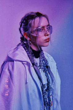 Billie Eilish is the hot, young, new artist that if you haven't listened to yet you better start now. Her music is so amazing it has made a name for itself but it's the Billie Eilish style that has made her stand out in the music scene even more. Billie Eilish, Pretty People, Beautiful People, Beautiful Celebrities, We Heart It Images, Videos Instagram, Purple Aesthetic, Aesthetic Makeup, Aesthetic Photo