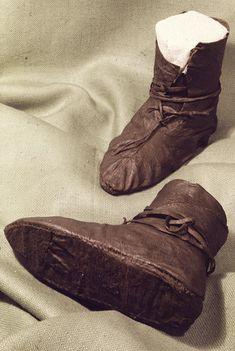 Image of artefact Viking Shoes, Viking Garb, Viking Dress, Norse Clothing, Medieval Clothing, Historical Clothing, Medieval Boots, Norwegian Vikings, Empire Romain