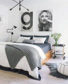 Aranżacja szarej sypialni z dużymi grafikami w nowoczesnym stylu - Lovingit.pl