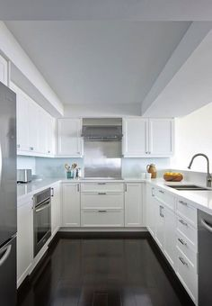 Anne Hepfer Designs: Contemporary U shaped kitchen design with white shaker kitchen cabinets paired with . Contemporary U Shaped Kitchens, Small U Shaped Kitchens, Small White Kitchens, Compact Kitchen, New Kitchen, Kitchen Ideas, U Shape Kitchen, Kitchen Layout U Shaped, Kitchen Tips