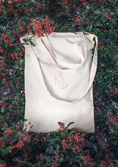 MEGALOMANIA, Sackbag, Sack and Pack Collection.  Der Sackbag ist der immer griffbereite günstige Alleskönner und die perfekte Alternative zu Plastiktüten. Mann kann ihn seitlich, auf der Schulter oder in der Hand tragen. Jeder Beutel wird aus Naturbaumwolle in liebevoller Handarbeit gefertigt. Er hat ein einzigartiges Format und wird mit einem Branding veredelt.  #eco #fair #limited #upcycling Helping People, Bags, Collection, Sachets, Shoulder, Repurpose, Handarbeit, Handbags, Bag