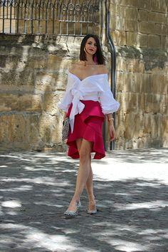 Invitada perfecta: Look para una comunión con falda de volantes y blusa con las mangas abullonadas