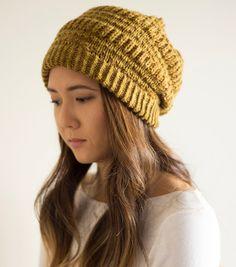 Вязаная спицами шапка Timber Bay выполняется комбинированной вязкой круговыми рядами.  Домоседка