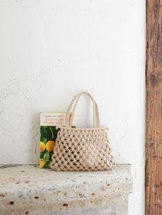 簡単な平結びの応用で作れる七宝結びの透け感がさわやか。持ち手も平結びでしっかりと作り、入れ口は巻き結びをしています。/マクラメの麻バッグ(「はんど&はあと」2013年8月号) Macrame Purse, Macrame Earrings, Crochet Earrings, Jewelry Booth, Rope Art, Market Baskets, Craft Free, Knitted Bags, Diy And Crafts