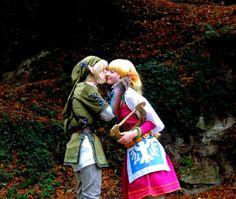 #Tatasenko Mana as Link and #MemoireHana as Zelda kiss - Skyward Sword cosplays