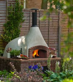 Pizza oven by the kitchen garden. Think we should have one of these at Casa Ormerod ! Wood Oven, Wood Fired Oven, Pizza Oven Outdoor, Outdoor Cooking, Outdoor Kitchens, Oven Diy, Clay Oven, Bread Oven, Four A Pizza