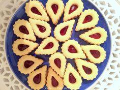 Les petits sablés à la confiture, c'est un peu une recette universelle ! On les retrouve en Europe à l'époque des fêtes de fin d'année mais aussi au Maghreb au moment de l'aïd-el fitr, à la fin du ramadan. Cette recette vous permettra de réaliser des sablés très très fondants en bouche : https://mounacuisine.wordpress.com/2016/07/05/sables-fondants-a-la-confiture/