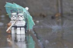 Poor storm troopers in the rain Star Wars Love, Star Wars Art, Lego Star Wars, Legos, Lego Stormtrooper, Starwars Lego, Star Troopers, Lego Pictures, Lego Worlds