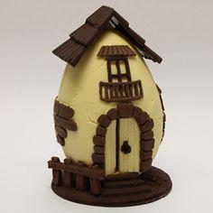 Uovo di Pasqua realizzato con cioccolato latte, fondente e bianco a forma di casetta di campagna