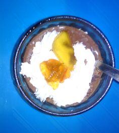 Chocolate Valor líquido y fresquito con trocitos de Chocolate con Naranja y Nata helada con rodaja plátano deshidratado y un trocito de Aiguamel (de Frutas Colomina ;  )