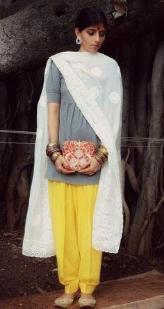 #DesignerSalwarSuitOnline #BuySalwarSuitSale #LatesSalwarSuitOnline #StylishSalwarSuitSale Maharani Designer Boutique To buy it click on this link : http://maharanidesigner.com/… Simple salwar suit .Rs.3000