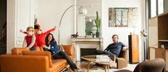 Dans le salon de la famille de Sabrina Ficarra et Cyril Laborde, Paris, 10ème. #sofa #familystyle #rededition