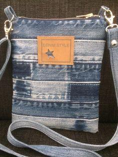 Other great samples Diy Bags Purses, Purses And Handbags, Mochila Jeans, Jean Purses, Denim Purse, Denim Crafts, Recycle Jeans, Denim Patchwork, Craft Bags