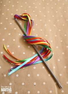 Do you want to keep your children busy for hours? These washi tape ribbon wands are very easy to make, and your kids will love playing with them!