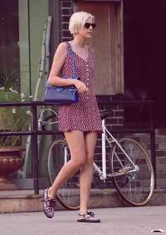 Agyness Deyn's Katherine Fleming Kate Shoulder Bag: Snob or Slob? Star Fashion, Fashion Models, Fashion Styles, Agnes Deyn, Bicycle Girl, Ag Jeans, Casual Street Style, Jeans For Sale, Retro