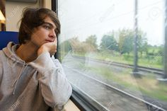 14428273-Bored-giovane-uomo-guardando-fuori-dal-finestrino-del-treno-in-una-giornata-piovosa-giornata-grigia--Archivio-Fotografico.jpg (1300×867)