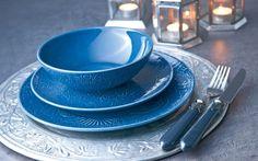 ¡Adiós a las reuniones de amigos con los platos de siempre! La vajilla ALHAMBRA está diseñada en un color azul intenso para llenar tu mesa de energía positiva y optimismo.