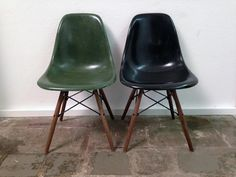 1 Paar Eames Side Chairs, Olive Dark Green & Black | www.seventyseven.ch