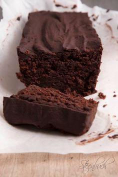Chokoladekage med god samvittighed (LCHF) KAGEN 3 æg 100 g Philadelphia neutral flødeost 4 spsk koldpresset kokosolie 1,5 dl affedtet mandelmel* 0,5 dl affedtet kokosmel* 3 spsk grøn HUSK* 5 spsk Sukrin Gold* 4 spsk cacaopulver 1 tsk bagepulver 100 g hakket 70-80% mørk chokolade** TOPPING 100 g hakket 70-80% mørk chokolade** 1/2 dl fløde 25 g smør Forvarm din ovn til 175 graders varmluft.
