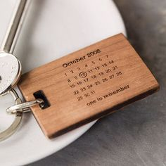 Schlüsselanhänger aus Holz mit persönlichem Datum