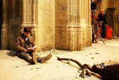 Funny pictures about Harry Potter reading Harry Potter on the set of Harry Potter. Oh, and cool pics about Harry Potter reading Harry Potter on the set of Harry Potter. Also, Harry Potter reading Harry Potter on the set of Harry Potter. Theme Harry Potter, Harry Potter Jokes, Harry Potter Fandom, Harry Potter Expecto Patronum, Harry Potter Universe, Harry Potter World, Drarry, Ridiculous Harry Potter, Scorpius And Rose