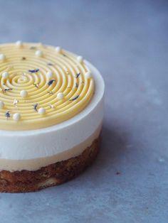 Pistacieblondie-cheesecake med hvid chokolade, hyldeblomst og lime