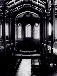 """Vaasan kirkko ennen Edelfeltin 1894 valmistunutta """"Paimenten kumarrusta"""", jonka vuoksi keskimmäinen ikkuna on jouduttu peittämään. Muut alttaritaulut: """"Pyhä ehtoollinen"""", 1861, R.W.Ekman sekä  """"Kristuksen hautaaminen"""", 1897, L. Sparre."""