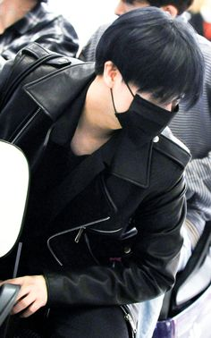 "[REST] Dҽαɾ My Jαყ🌹온니진환 on Twitter: ""John wick 😠🗡⚔️ 20180923 Taoyuan Airport #아이콘 #김진환 #진환 #iKON… "" Kim Jin, Lee Taemin, Kpop, Hanbin, Airport Style, Yg Entertainment, Favorite Person, Mix Match, My Idol"