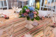 Casamento Giovanna e Leonardo | Curitiba | Fotografia: Nos Olhos Teus | Fotógrafos de Casamento - decoração, vaso branco, arranjo baixo, toalha listrada