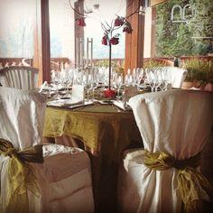 Decora con estilo las mesas de la boda, armonía, movimiento y vibración con colores complementario (verde-rojo) y la luminosidad del blanco.
