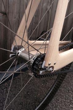 단순함의 미학. 픽시 자전거를 대표하는 수식어는 여기 '아바크' 싸이클에도 적용된다. 여전히 유효한 단순함과 유려한 곡선, 그리고 이를 구현하는 나무의 숨결 속에 함께 적용된다. named after the horse pull..