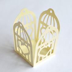 Forminha para doces gaiola quadrada cora Paper Cutting, Die Cutting, Shaped Cards, Oragami, Diy Box, Diy Paper, Silhouette Cameo, Diy And Crafts, Boxes