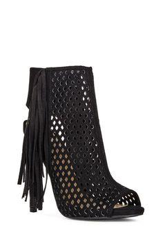 Allez danser ce soir avec une paire de talons qui vous aideront à vous trémousser. Tila est une sandale open-toe conçue en matière perforée élastique pour plus de confort. Fermeture éclair. Simili-daim....