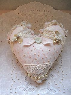 Just love this gorgeous shabby chic pillow ♥