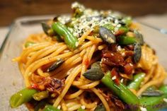 veg-i-vet: Špagety se sušenými rajčaty a zelenými fazolkami Raw Vegan, Vegetarian Recipes, Spaghetti, Food And Drink, Health Fitness, Ethnic Recipes, Diet, Veg Recipes, Health And Fitness