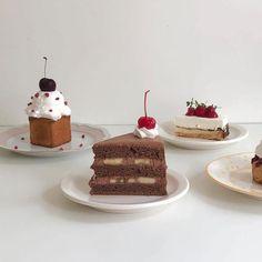 ↬*。゚͏𝖼𝗋𝗎𝗇𝖼𝗁𝖼𝗋𝗎𝗇𝖼𝗁𝗂𝖾𝗌 Cute Desserts, Dessert Recipes, Bakery Cafe, Cafe Food, Aesthetic Food, Cute Cakes, Sweet Recipes, Sweet Treats, Food Porn