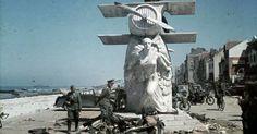 Вторая Мировая Война . Немецкие офицеры осматривают мемориал Луи Блерио