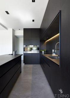 Черная кухня графит с тонкой столешницей без ручек. Ручка-профиль из МДФ.