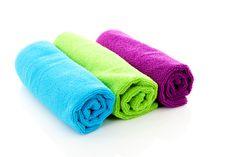 Toallas de colores para darle alegría a tu hogar: Por lo general estas toallas de colores para baños se hacen en fibras de algodón, ya que es la que mejor absorbe el agua de nuestro cuerpo. http://www.casablanqueria.com/bano/toallas-de-colores/